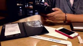 Vrouw die rekening met creditcard betalen stock video