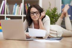 Vrouw die rekeningen betaalt stock fotografie