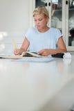 Vrouw die rekeningen controleert en begroting doet royalty-vrije stock foto's