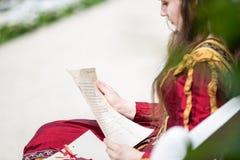 Vrouw die in renaissancekleding een brief lezen royalty-vrije stock foto's