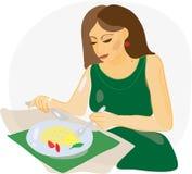 Vrouw die in restaurant eet Stock Afbeeldingen
