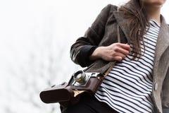 Vrouw die retro camera houden Stock Afbeelding