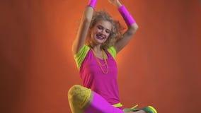 Vrouw die in retro kleren van de de jaren '80stijl omhoog een discobal werpen stock video