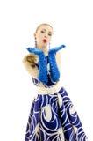 Vrouw die in retro stijl luchtkus verzendt. Stock Afbeeldingen