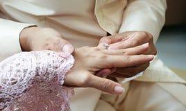 Vrouw die ring draagt aan de mens in huwelijksceremonie stock foto's