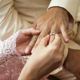Vrouw die ring draagt aan de mens in huwelijksceremonie Royalty-vrije Stock Afbeeldingen