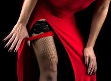 Vrouw die rode damesslipjes opstijgen Royalty-vrije Stock Foto