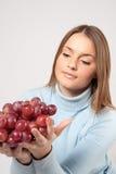 Vrouw die rode druiven houdt Royalty-vrije Stock Afbeelding