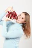 Vrouw die rode druiven proeft Stock Afbeeldingen