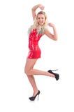 Vrouw die in rode geïsoleerde kleding dansen Stock Afbeelding