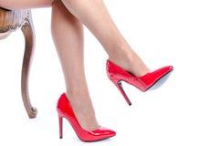 Vrouw die rode hoge hielschoenen dragen Stock Fotografie