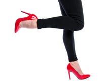 Vrouw die rode hoge hielschoenen dragen Stock Foto