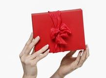 Vrouw die rode huidige doos met grote boog houden Stock Afbeelding