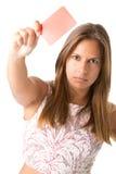 Vrouw die rode kaart toont Stock Foto