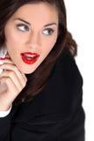 Vrouw die rode lippenstift dragen Stock Foto's