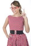 Vrouw die Rode Ontworpen Glazen dragen die Vinger steunen Stock Foto's