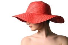 Vrouw die rode strohoed draagt Stock Afbeelding