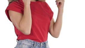 Vrouw die in rode t-shirt gebaren maken terwijl het spreken op de telefoon op witte achtergrond stock video