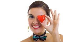 Vrouw die rood hart houdt Stock Foto's