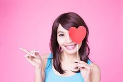Vrouw die rood liefdehart houden Royalty-vrije Stock Afbeeldingen