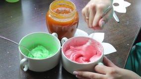 Vrouw die room voor het maken van cakes voorbereiden Van het mengelingenroomkaas en voedsel kleuring Dichtbij is een kruik jam stock video