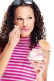 Vrouw die roomijs eet Stock Fotografie