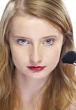 Vrouw die rouge toepast Stock Foto's