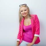 Vrouw die roze jasje draagt Stock Foto's