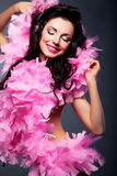 Vrouw die in roze kleding aan de muziek luistert Royalty-vrije Stock Fotografie