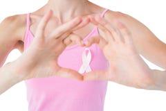 Vrouw die roze lint voor de voorlichting van borstkanker dragen Stock Foto's