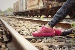 Vrouw die roze schoenen dragen bij station Royalty-vrije Stock Afbeeldingen