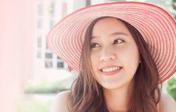 Vrouw die roze strohoed met uitdrukking van verrassing dragen royalty-vrije stock foto