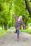 Vrouw die rubberlaarzen draagt Royalty-vrije Stock Foto's