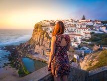 Vrouw ` die s in Azenhas do Mar Landscape bekijken Stock Fotografie