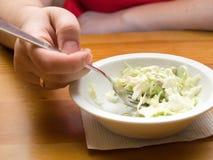 Vrouw die salade eet Royalty-vrije Stock Foto