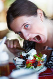 Vrouw die salade eet Stock Afbeelding
