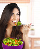 Vrouw die salade eten Stock Fotografie