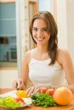 Vrouw die salade maakt bij keuken Royalty-vrije Stock Afbeelding