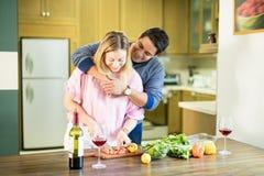 Vrouw die salade met vriend in keuken voorbereiden royalty-vrije stock afbeelding