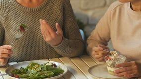 Vrouw die salade richten, die vriend adviseren beginnen op dieet te zijn, gezond voedselvoordeel stock videobeelden