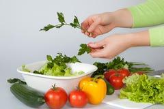 Vrouw die salade verfraait Royalty-vrije Stock Afbeeldingen