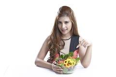 Vrouw die salade voor Gezond tonen Royalty-vrije Stock Afbeeldingen