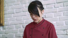 Vrouw die salade voorbereiden haar handen, gezicht, het werk 4k stock footage