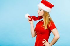 Vrouw die Santa Claus-de holdingspompon dragen van het helperkostuum Royalty-vrije Stock Afbeelding