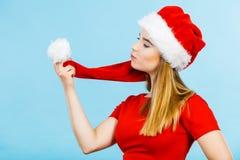 Vrouw die Santa Claus-de holdingspompon dragen van het helperkostuum Stock Afbeeldingen
