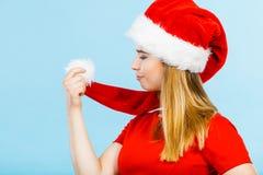 Vrouw die Santa Claus-de holdingspompon dragen van het helperkostuum Royalty-vrije Stock Fotografie