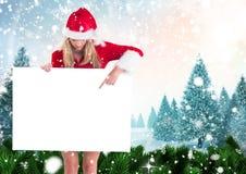 Vrouw die in santahoed op leeg 3D aanplakbiljet richten Royalty-vrije Stock Foto's