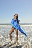 Vrouw die in sarongen op strand wordt verpakt Stock Foto's