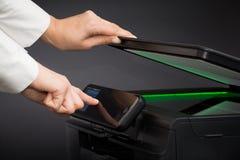 Vrouw die scanner multifunctioneel apparaat met behulp van stock foto's
