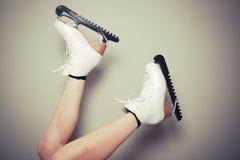 Vrouw die schaatsen dragen Royalty-vrije Stock Foto